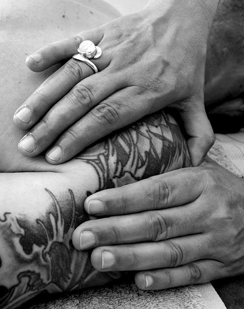 mains massant une épaule noir et blanc