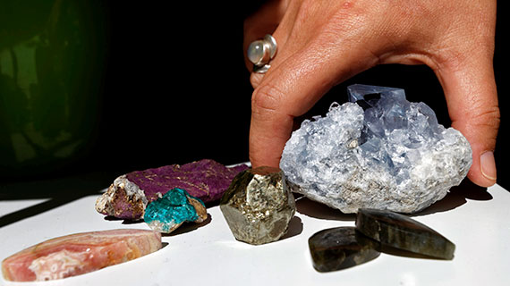 main tenant des minéraux