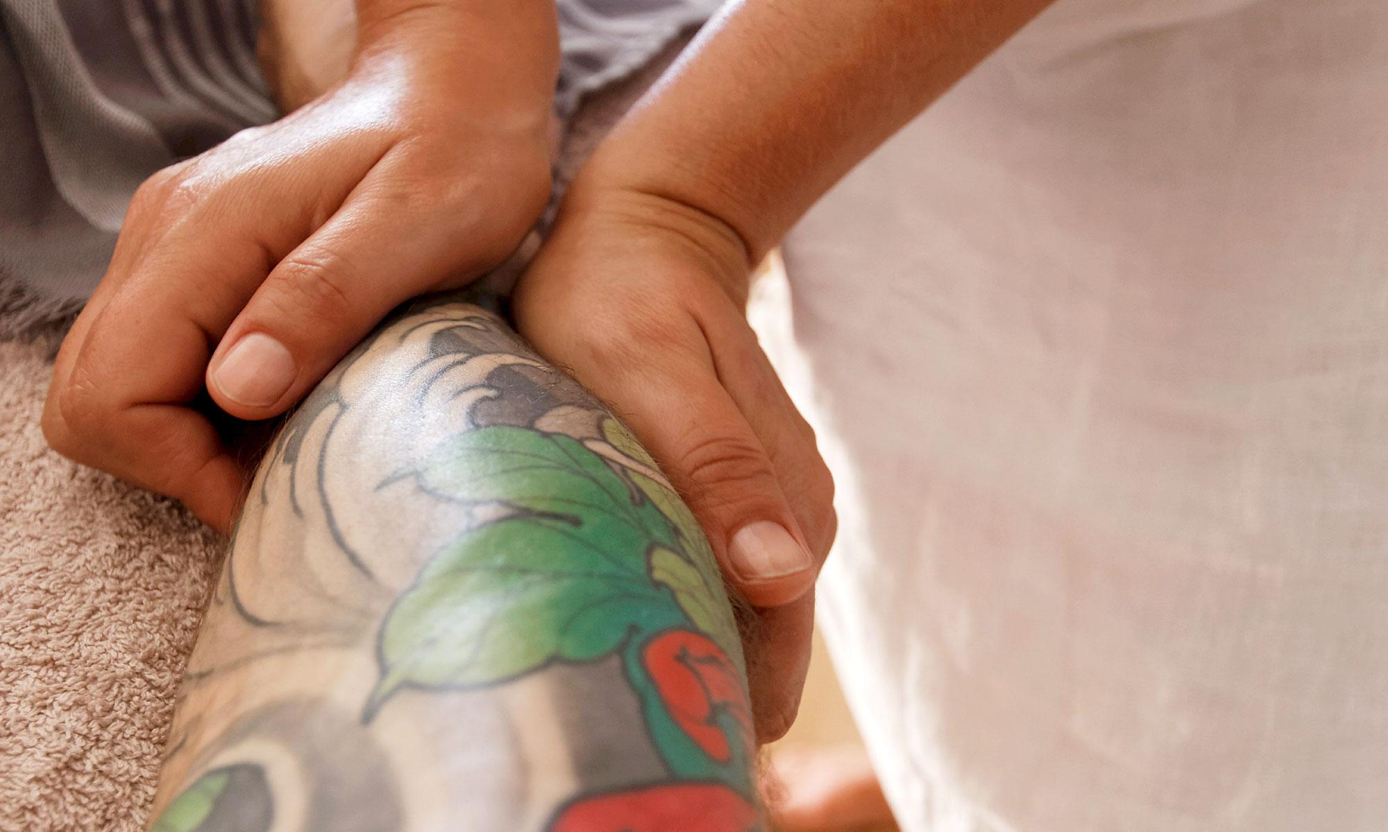 mains massant un bras