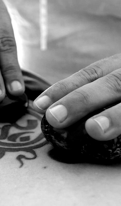 mains massant avec des pierres chaudes noir et blanc