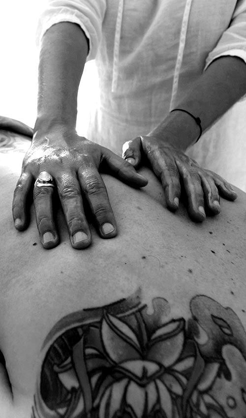 massage tuina du dos, énergétique chinoise noir et blanc